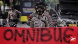 Demo Buruh Riau Berujung Bentrok, Pagar Kantor Gubernur Jebol