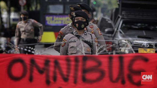 Personel gabungan itu terdiri dari TNI, Polri, dan pemerintah daerah dengan 8.000 personel lainnya sebagai cadangan.