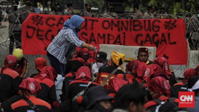 Omnibus Law Cipta Kerja mendapat penolakan dari berbagai elemen masyarakat karena memuat pasal-pasal yang dianggap merugikan buruh dan lingkungan.