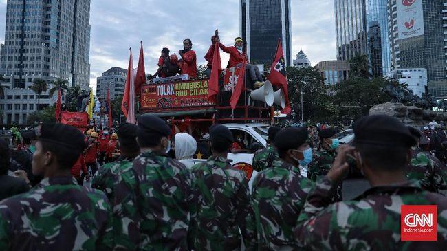 Bubarnya massa aksi tolak omnibus law UU Cipta Kerja langsung diikuti pembukaan akses lalu lintas di sekitar lokasi demo kawasan Patung Kuda, Jakarta Pusat.