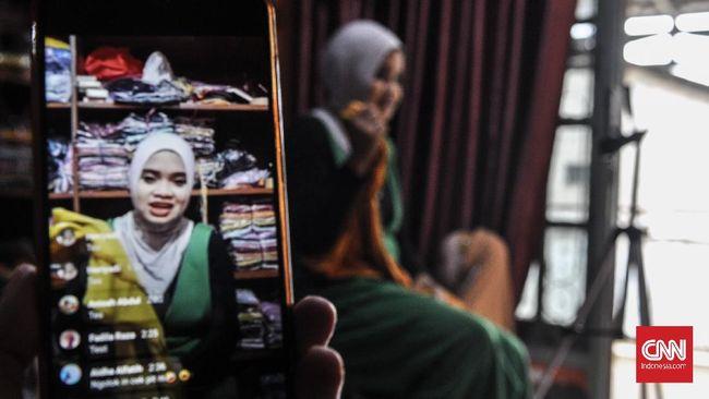 Pedagang di Palembang memanfaatkan live streaming di Facebook untuk berjualan. Omsetnya pun melesat meski saat Pandemi.