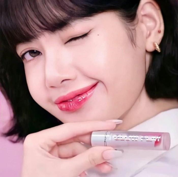 Tampil flawless dengan winged eyeliner andalannya, Lisa kembali memamerkan salah satu varian lipstick dari MAC glow play dengan gaya mengedipkan mata yang semakin membuat para penggemarnya gemas. (Foto:instagram.com/bplalalalisa_m.fan/)