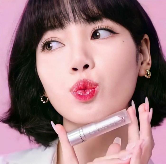 Idol K-Pop berusia 23 tahun ini memamerkan warna lipstick dari MAC Glow Play yang sedang ia gunakan. Warna merah yang dipilih oleh Lisa ini sangat cocok dengan konsep makeup-nya yang ceria dan terlihat feminin. Jika diperhatikan dari foto ini sekilas Lisa tampak mirip dengan aktris cantik Park Shin Hye ya, Ladies. (Foto:instagram.com/bplalalalisa_m.fan/)