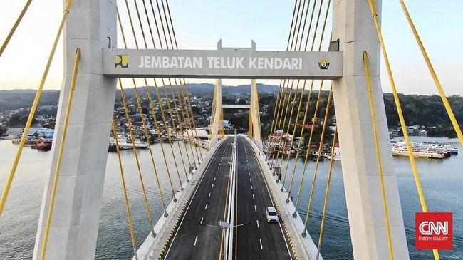 Jembatan Teluk Kendari menjadi ikon baru Kendari, ibu kota Provinsi Sulawesi Tenggara, setelah diresmikan oleh Presiden Joko Widodo pada Kamis (22/10).