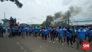 Tak Boleh ke Jakarta, Buruh Bakar Ban & Blokir Jalan Serang