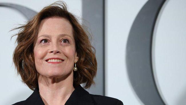 Salah satu aktris pemeran utama film Avatar 2, Sigourney Weaver, melakukan adegan laga sendiri meski sudah berusia 71 tahun.