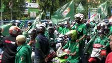VIDEO: Tuntut Perppu, Buruh Penuhi Ruas Jalan Daan Mogot
