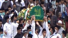 VIDEO: Ribuan Warga Iringi Pemakaman Pimpinan Ponpes Gontor
