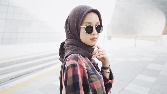 Tips Penting Pakai Hijab dengan Kacamata Agar Tetap Kece dan Nyaman