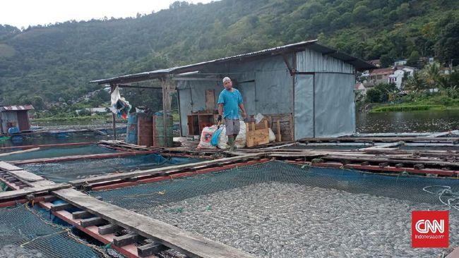 Sebanyak 109 ton ikan mati di Danau Toba Kabupaten Samosir, Sumatera Utara. Dugaan sementara kematian itu disebabkan angin kencang dan air terlalu dangkal.