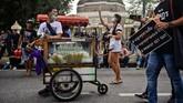 Deretan pedagang kaki lima ramai menjajakan berbagai pilihan street food di tengah aksi unjuk rasa Thailand.