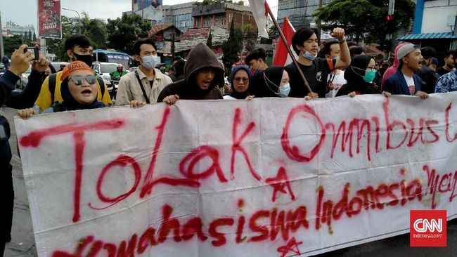 Polrestabes Bandung membubarkan aksi mahasiswa yang menolak UU Cipta Kerja pada Jumat (23/10) karena massa berupaya memblokir gerbang Tol Pasteur.