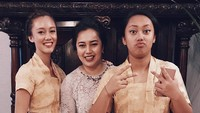 <p>Anggraini begitu kompak dengan dua putrinya ini, Bunda. Wajah ketiga terlihat sangat mirip ya? (Foto: Instagram @nabilasudiro)</p>