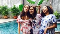 <p>Azzahra Nabila Sudiro dan Nayara Kanahaya Sudiro tumbuh menjadi gadis cantik. Penampilan Anggarini pun enggak kalah modis dari kedua anaknya. (Foto: Instagram @nayyarasudiro)</p>