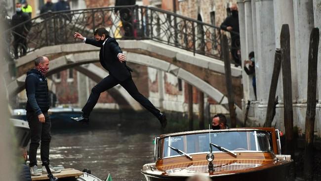 Dalam foto pilihan CNNIndonesia.com pekan ini, ada dua Husky di pinggir danau, singa putih di Uni Emirat Arab, dan lompatan Tom Cruise.