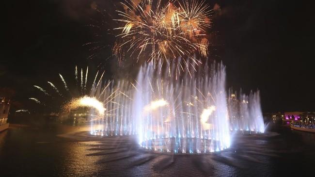 Air mancur bernama The Palm Fountain ini berada dekat Burj Khalifa.