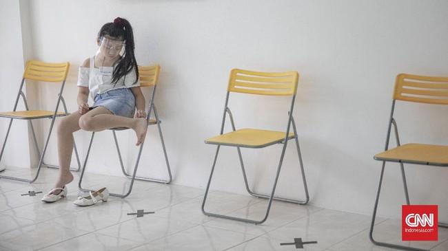 Sejumlah siswa sekolah model mengikuti sesi materi kelas di Look Academy Modeling School, Jakarta, Sabtu, 24 Oktober 2020. Setelah sempat vakum selama beberapa bulan karena pemberlakuan pembatasan sosial berskala besar (PSBB) di Jakarta, sekolah tersebut kembali membuka kelas untuk para siswa dengan menerapkan protokol kesehatan seperti mewajibkan penggunaan pelindung wajah (face shield) serta membatasi jumlah siswa maksimal 10 siswa dalam satu sesi kelas. CNN Indonesia/Bisma Septalisma
