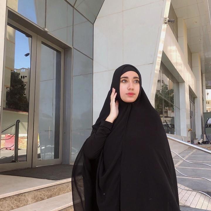 Penampilan Chacha dengan hijab syar'i ini terlihat anggun sekali ya, Bunda. (Foto: Instagram @osnapitzcha)