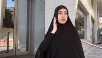 <p>Penampilan Chacha dengan hijab syar'i ini terlihat anggun sekali ya, Bunda. (Foto: Instagram @osnapitzcha)</p>