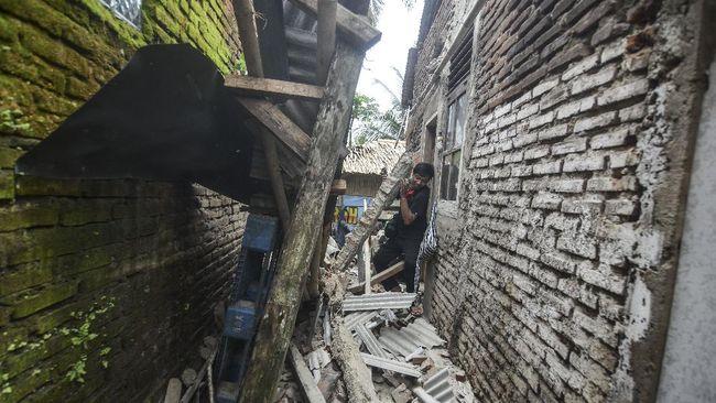 Puluhan rumah di Cilincing, Jakarta Utara, terdampak angin kencang yang menerjang pada Jumat (26/2) dini hari.