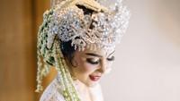 <p>Dengan nuansa putih, tubuh Vicy juga terlihat sempurna dengan balutan kebaya khas Sunda. (Foto: Bridestory/ Instagram)</p>