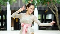 <p>Berbalut baju tradisional Bali ini, Shandy Aulia tampak makin cantik memesona ya, Bunda? (Foto: Instagram @shandyaulia)</p>