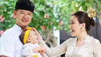 <p>Pada beberapa unggahan, Shandy Aulia dan keluarga tampak mengenakan pakaian adat Bali seperti ini, Bunda (Foto: Instagram @shandyaulia)</p>