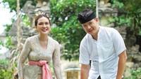 <p>Enggak cuma Shandy, sang suami dan <em>baby</em> Claire juga cocok banget dengan pakaian adat Bali ini. (Foto: Instagram @shandyaulia)</p>