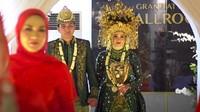 <p>Aldi Taher dan Salsabillih tampak serasi mengenakan pakaian adat Palembang. (Foto: YouTube alditaher tv)</p>