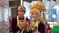 <p>Aldi Taher resmi meminang wanita pujaannya, Salsabillih. Pernikahan keduanya berlangsung pada 24 Oktober 2020 di Grand Atyasa Convention Center, Palembang. (Foto: YouTube alditaher tv)</p>