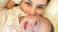 <p>Mona Ratuliu dan Numa pun sering disebut kembar, karena sama-sama cantik.</p>