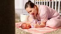 <p>Di rumah saja selama pandemi, Mona Ratuliu merasa enjoy bisa full time merawat Numa. Happy baby, happy mommy!</p>