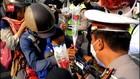 VIDEO: Selain Surat Tilang, Polisi Hadiahi Coklat dan Bunga