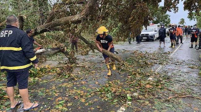 Topan Molave menghantam Filipina pada Senin (26/10), memicu banjir dan merusak rumah penduduk.