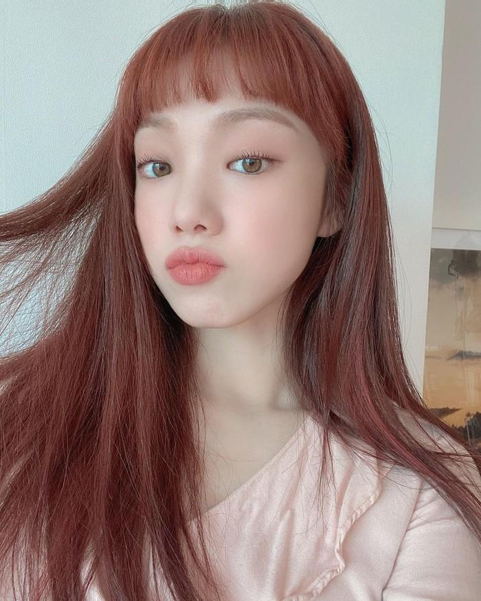Aktris Lee Sung Kyung dikenal sering tampil dengan gaya dan warna rambut yang berubah-ubah. Namun gaya rambutnya kali ini sukses bikin penggemar gemas dengan potongan poni di atas alis yang cute banget! Ditambah dengan warna rambut yang dicat auburn, penampilan pemain drama 'Weightlifting Fairy Kim Bok-joo' ini semakin tampak playful dan fresh. (Foto: instagram.com/heybiblee)