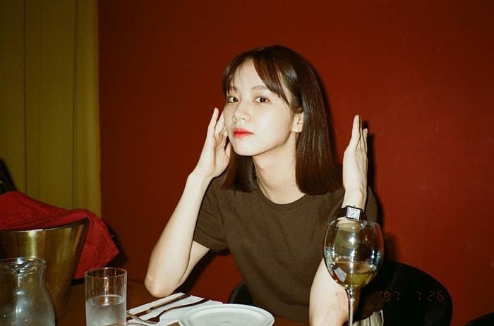 Resmi meninggalkan rambut panjangnya, Lee Hyeri kembali tampil dengan gaya rambut blunt bob seperti saat ia memerankan karakter Deok Sun di serial drama 'Replay 1988'. Meski begitu, gayanya kali ini terkesan lebih manis dengan poni wispy fringe yang membingkai dahinya. (Foto: instagram.com/hyeri_0609)
