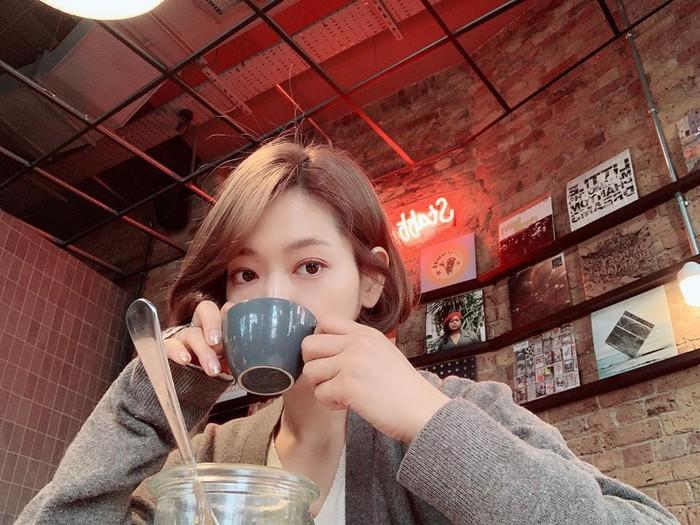 Beberapa waktu lalu, Park Shin Hye mengejutkan penggemar dengan memamerkan potongan rambut terbaru yang super pendek melalui unggahan instagram. Lekat dengan gaya rambut hitam dan panjang yang elegan, ia kini tampil lebih fresh dan cute dengan potongan rambut bob yang dicat coklat. (Foto: instagram.com/ssinz7)