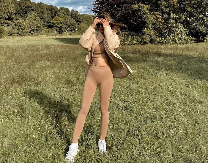 Tak heran, banyak wanita yang menginginkan body goals seperti Sanly Liuu. Di kolom komentar Instagram pribadinya, perempuan berambut ombre itu pun kerap mendapat banyak pujian atas body goals yang dimilikinya.(Foto: instagram.com/sanlyliuu/)