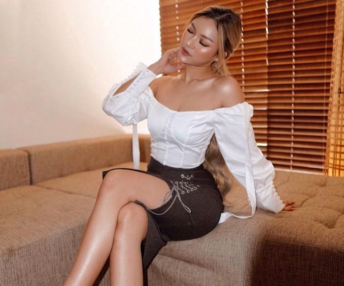 Keseksian Sanly Liuu makin bertambah dengan tone kulit tan atau sawo matangnya yang dimilikinya. Kulit sawo matang khas perempuan Indonesia itu membuat beauty vlogger itu tampak cantik, manis, juga eksotis. Tak perlu minder nih yang punya warna kulit serupa dengan Sanly, kamu selalu cantik kok!(Foto: instagram.com/sanlyliuu/)