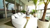 <p>Bagian balkon apartemen terlihat sejuk dengan sofa putih dan sentuhan hijau dari tanaman. Indra Priawan dan Nikita Willy biasa memakai area ini sebagai tempat bersantai. (Foto: YouTube TRANS7 OFFICIAL)</p>