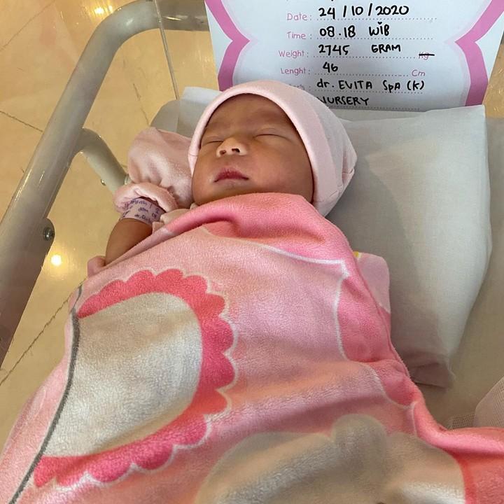 Pasangan ini dikaruniai anak perempuan dan diberi nama Kiara Bella Rukmana. (Foto: Instagram @princessraiyah)