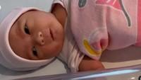 <p>Harusnya Raiyah melahirkan dengan jalan operasi caesar pada 1 November, namun tanggal kelahiran maju jadi 24 Oktober karena air ketuban Raiyah semakin berkurang.</p>