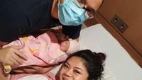 <p>Danny Rukmana dan sang istri, Raiyah Caesaria tengah berbahagia usai dikaruniai buah hati pada 24 Oktober 2020. (Foto: Instagram @princessraiyah)</p>