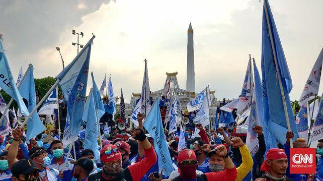 Ribuan buruh dari sejumlah serikat pekerja menyatakan tetap bertahan di depan Kantor Gubernur Jawa Timur, sampai Khofifah Indar Parawansa menemui mereka.