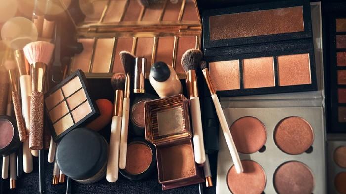 Jajaran Makeup di Rumah Adalah Stok dari Sebelum Pandemi, Perlu Disingkirkan Semua? Cek Faktanya Dulu di Sini