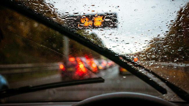 Wiper rusak bisa sangat mengganggu, terutama ketika mengemudi dalam kondisi hujan deras.