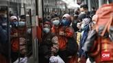 Jelang libur panjang akhir Oktober 2020, jumlah penumpang kereta api jarak jauh mulai melonjak di Stasiun Pasar Senen, Jakarta Pusat, Selasa (27/10).