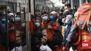 FOTO: Lonjakan Penumpang Stasiun Senen Jelang Libur Panjang