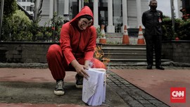 FOTO: 'Salvador Dali' Bakar Salinan UU Ciptaker di Depan MK