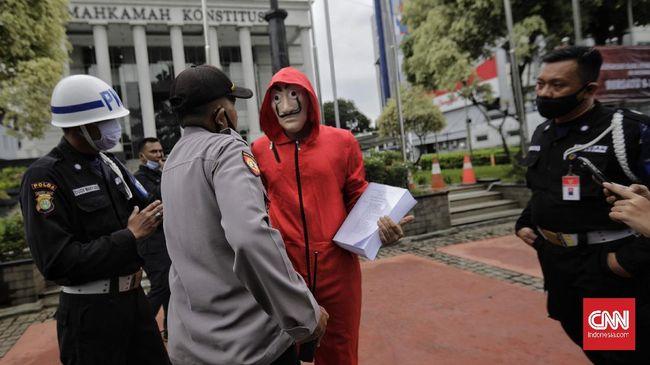 Ada keganjilan pada naskah UU Ciptaker yang telah diteken Jokowi, yakni ketiadaan ayat pada pasal 5 yang menjadi rujukan pasal selanjutnya.
